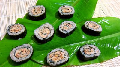 sauce au parfum de chine : Sushis aux gambas sur feuilles de bananier