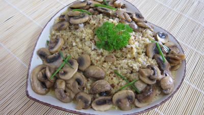 fond de volaille : Plat de quinoa en risotto aux champignons