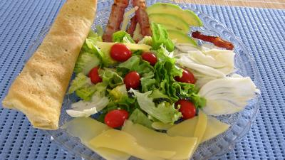 crêpe salée : Assiette de crêpes en salade aux légumes variés