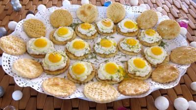 bleu de Bresse : Plat de crackers à la ricotta et aux oeufs de caille