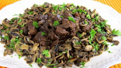 fond de veau : Assiette de ragoût de boeuf au champignons à la juive