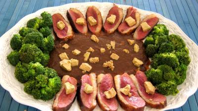 vin rouge : Assiette de magret au foie gras et aux brocolis