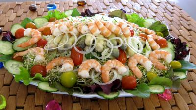 Cuisine orientale : Assiette ce couscous, légumes, fines herbes et crevettes