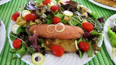 Image : Assiettes de roulades de saumon fumé et sa salade