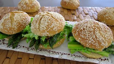 cerfeuil frais : Plat d'hamburgers au cabillaud et aux asperges