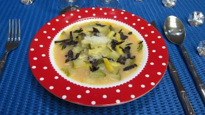 haricots beurre : Assiette de soupe de courgettes au micro-ondes