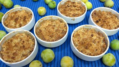 crumble : Part de crumble aux prunes