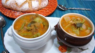 vin rosé : Petits bols de soupe de brocolis et légumes