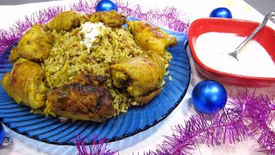 piment doux : Assiette de Biryani de poulet et bol de sauce