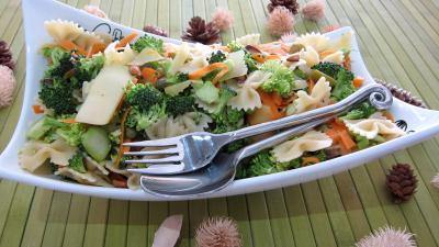 cacahuète : Saladier de farfalle et brocolis en salade