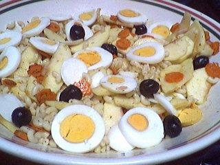 salade de pâtes : Assiette de salade de pâtes et oeufs