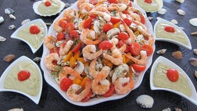 entrée à base de coquillages et crustacés : Assiette et ramequins d'avocats au parfum de coco en salade
