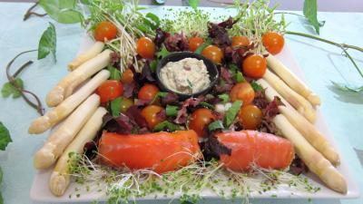 Entrées froides : Assiette de cannellonis de saumon fumé