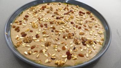 Répartir uniformément les raisins, noix et pignons
