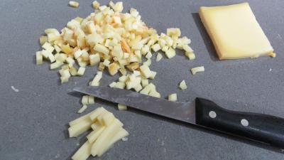 Découper en petits morceaux le fromage