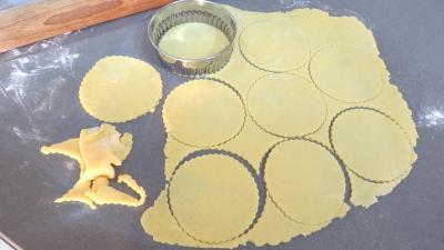 Découpage de la pâte à l'emporte-pièce