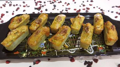 Amuse-bouche : Plat de mini cakes au gorzonzola et aux noix