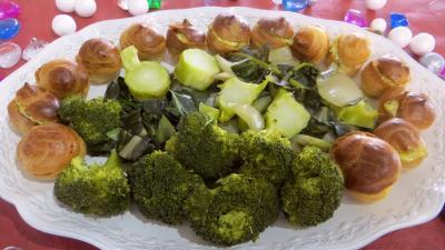 Image : Assiette de choux farcis et blettes vapeur à la sauce tartare