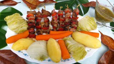 plat complet : Assiette de brochettes de boeuf et légumes à la vapeur