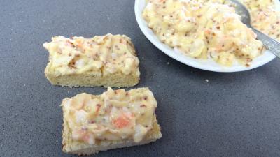 Pain garni de mayonnaise à la crevette