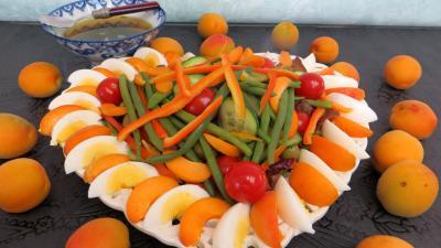 Sauce vinaigrette au citron : Assiette de salade d'été aux abricots
