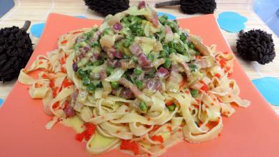 Pâtes alimentaires : Assiette de tagliatelles aux petits