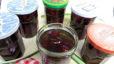 conserves de fruits à l'eau de vie : Bocaux de cerises au vin blanc