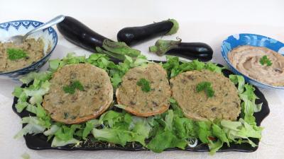 Amuse-bouche : Assiette de tartines de pain aux aubergines