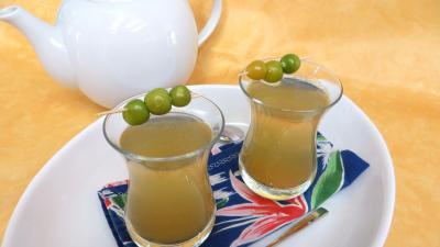 Boissons : Verres de thé chaud épicé aux physalis