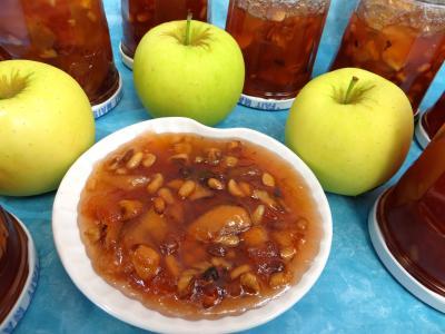 Coupelle de confiture de pommes variées aux fruits secs