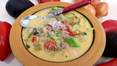 clou de girofle : Assiette de potage aux tomates et aux avocats