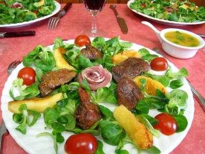 mâche : Assiette de mâche aux foies de volaille et pommes