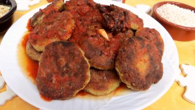 Image : Assiette de galettes de poireau au riz et sa sauce tomate
