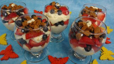 myrtille : Verrines de mascarpone aux fraises et aux myrtilles