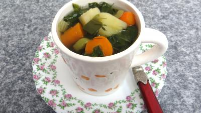 bouillon : Tasse de bouillon de légumes d'automne