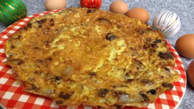 Oeufs : Assiette d'omelette plate au poulet et cèpes