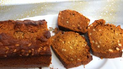 bicarbonate soude : Plat de pain d'épices aux pignons de pin