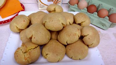 curcuma poudre : Plat de boulettes de fromage à la mimolette