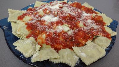 Pâtes alimentaires : Raviolis frais à la sauce tomate
