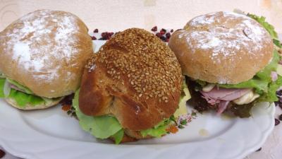 Assiette de sandwichs champignons et beurre d'ail