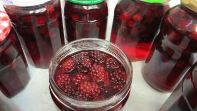 vin rouge : Bocaux de compote de mûres