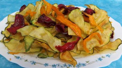 Cuisson au bain de friture : Assiette de chips aux courgettes, carottes et betterave rouge