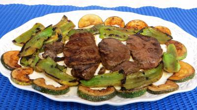 poivron rouge, vert, jaune : Assiette de boeuf aux poivrrons et courgettes