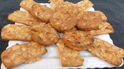 Plat de biscuits aux amandes