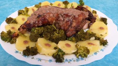 plat à l'alcool : Cuisse de dinde à la moutarde servie dans une assiette de service