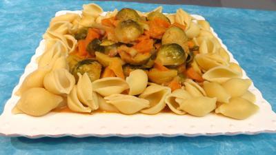 curry : Assiette de choux de Bruxelles et patates douces accompagnés de conchiglioni