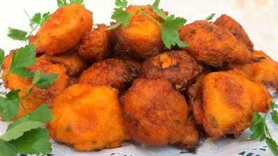 beignets salés : Plat de beignets de patates douces