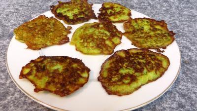 Entrées chaudes : Assiette de pancakes aux courgettes