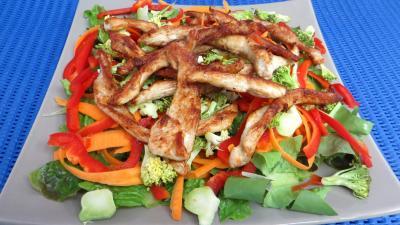Légumes : Plat de blancs de poulet en salade