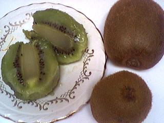 Image : Vitamine C2 ou P - Des kiwis entiers et des kiwis ouverts